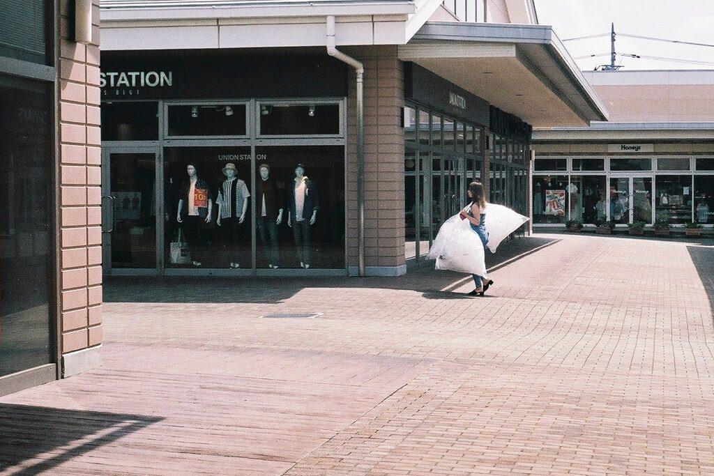 おねえさん、開店前で忙しそう。